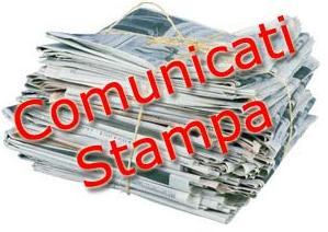 """Pila di giornali con scritto """"comunicato stampa"""""""