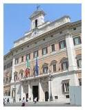 Fotografia raffigurante la facciata principale del palazzo del Parlamento italiano